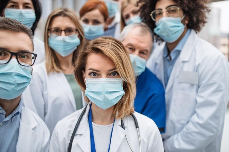 Andelen inhyrd vårdpersonal minskar i regionerna